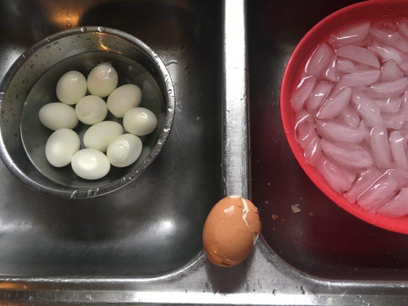how to peel eggs